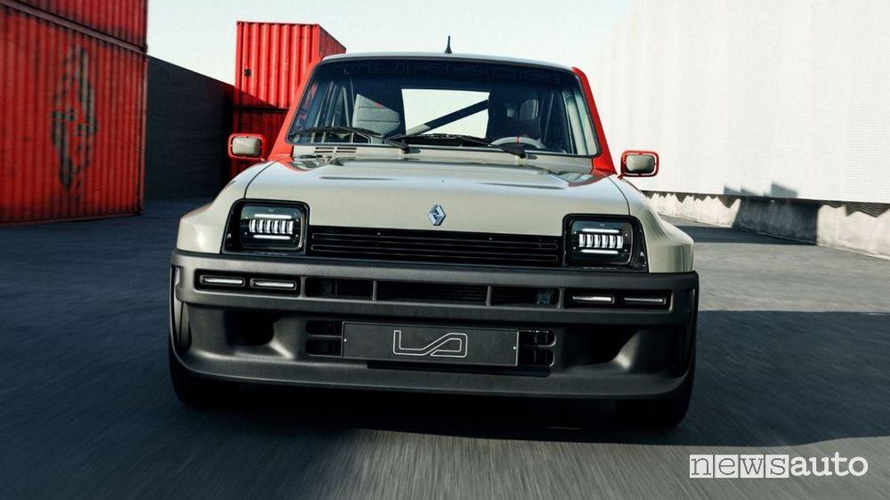 Vista frontale Renault R5 Turbo 3 restomod in movimento