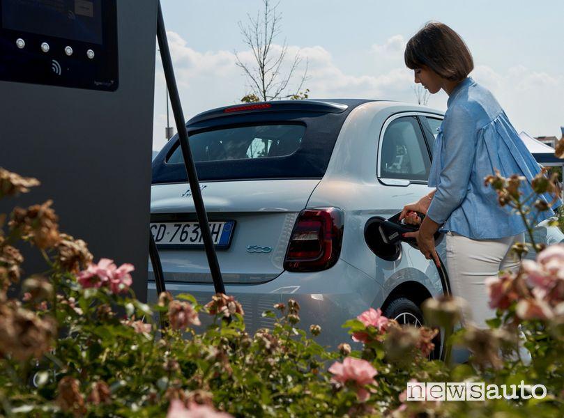 auto elettriche ricarica Fiat 500