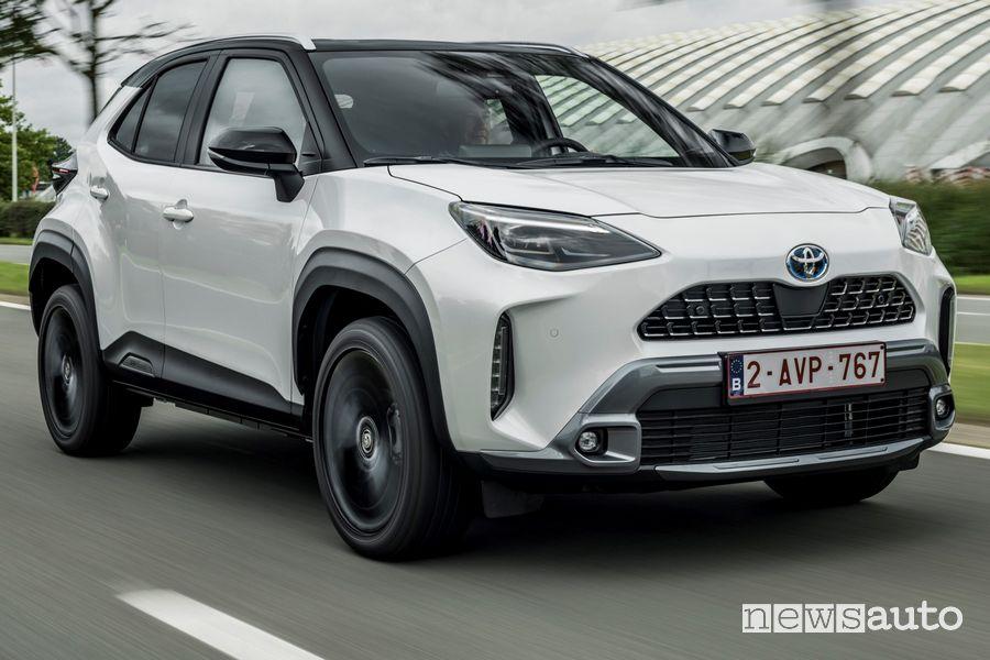 Vista di profilo nuova Toyota Yaris Cross Adventure su strada