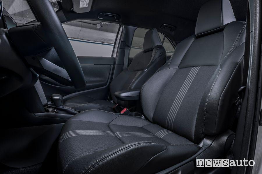 Sedili anteriori abitacolo nuova Toyota Yaris Cross Adventure