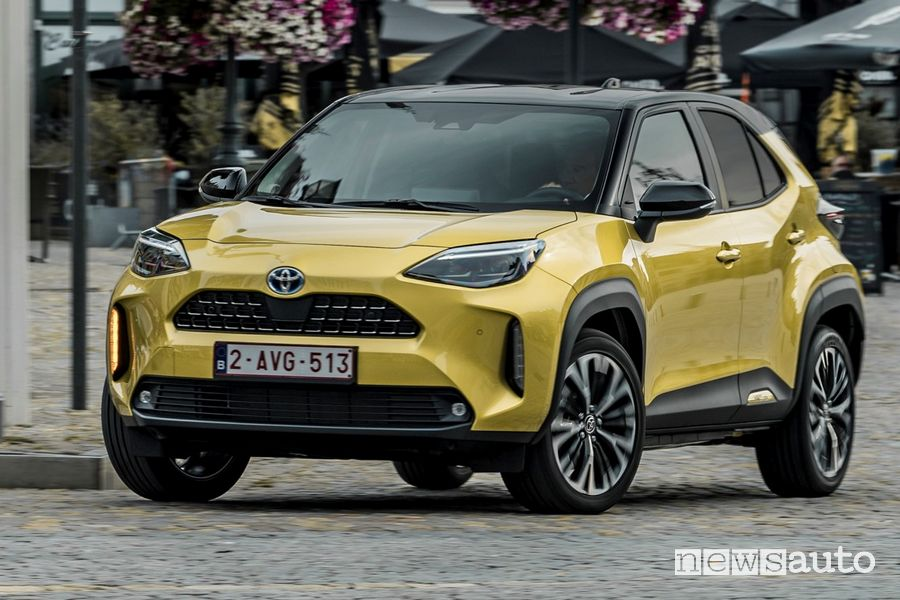 Vista di profilo nuova Toyota Yaris Cross Elegance su strada