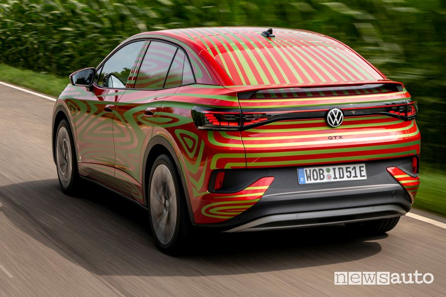 Vista posteriore Volkswagen ID.5 GTX Concept su strada