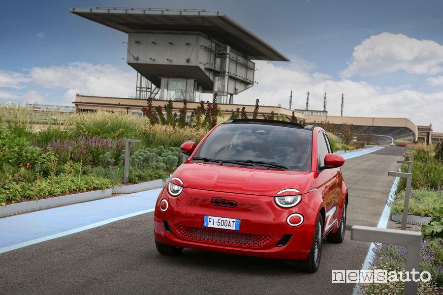 Vista di profilo Fiat 500 RED elettrica sulla Pista 500