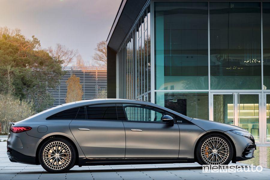 Vista laterale Mercedes-AMG EQS 53 4MATIC+ elettrica in ricarica