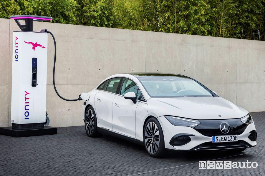 Nuova Mercedes EQE 350 elettrica in ricarica rapida Ionity