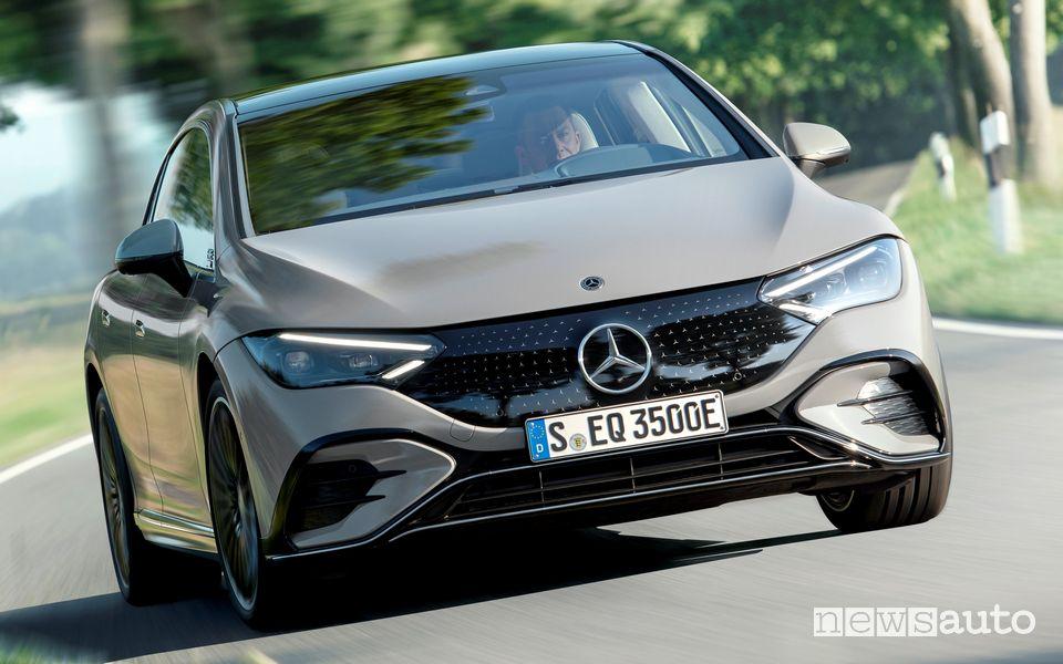 Vista anteriore nuova Mercedes EQE 350 Edition 1 AMG Line su strada