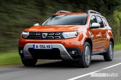 Vista di profilo nuovo Dacia Duster 4x2 Arizona Orange su strada