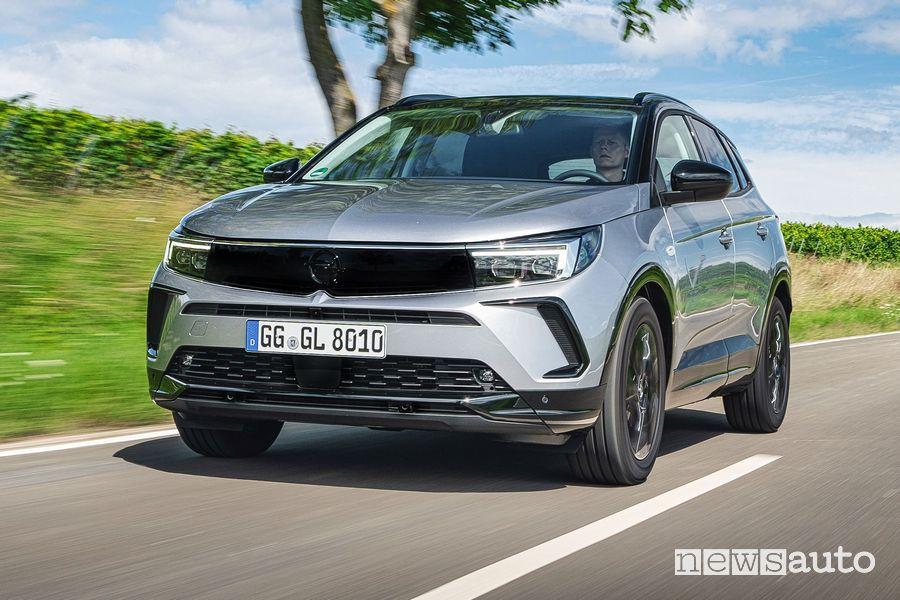 Vista di profilo nuovo Opel Grandland su strada