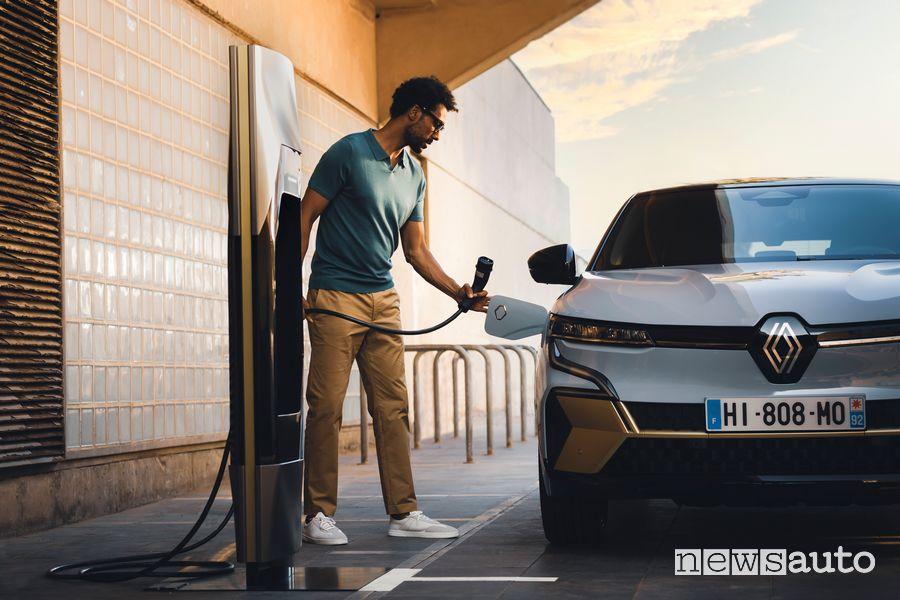 Nuova Renault Mégane E-TECH Electric in ricarica