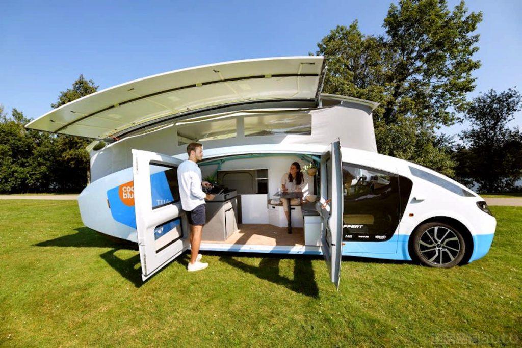 """Lo spazio interno del camper """"Stella Vita"""", una vera auto su ruote, aumenta grazie al tetto estensibile"""