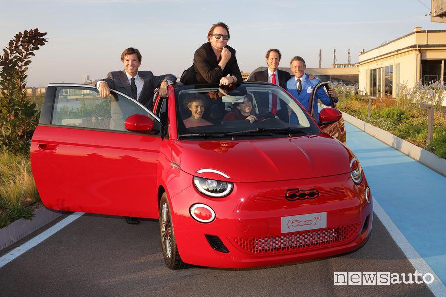RED) co-founder, Bono Box degli U2, nella foto insieme a John, Ginevra e Lapo Elkann ed il CEO Fiat O. Francois