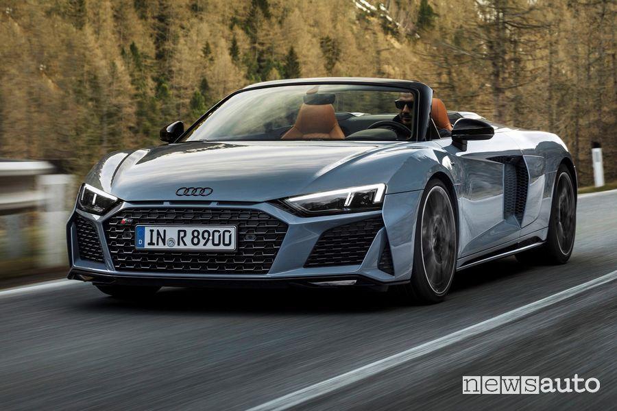 Vista di profilo Audi R8 Spyder V10 performance RWD su strada