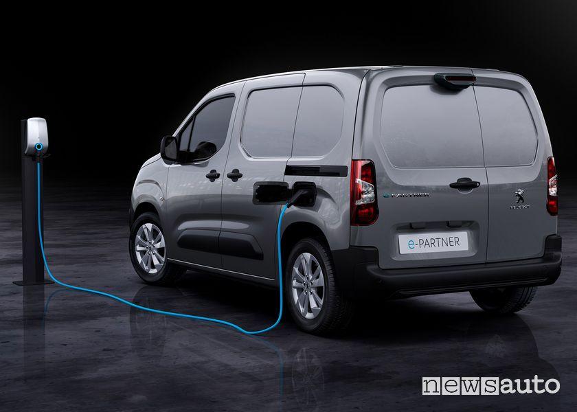 Vista posteriore Peugeot e-Partner furgone elettrico in ricarica